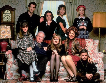 HOME FOR THE HOLIDAYS, Dylan McDermott, Charles Durning, Robert Downey Jr., Holly Hunter, Cynthia Stevenson, Anne Bancroft, Geraldine Chaplin, 1995, (c) Paramount/courtesy Everett Collection