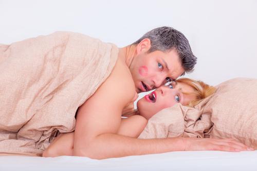 hombre y mujer engañando